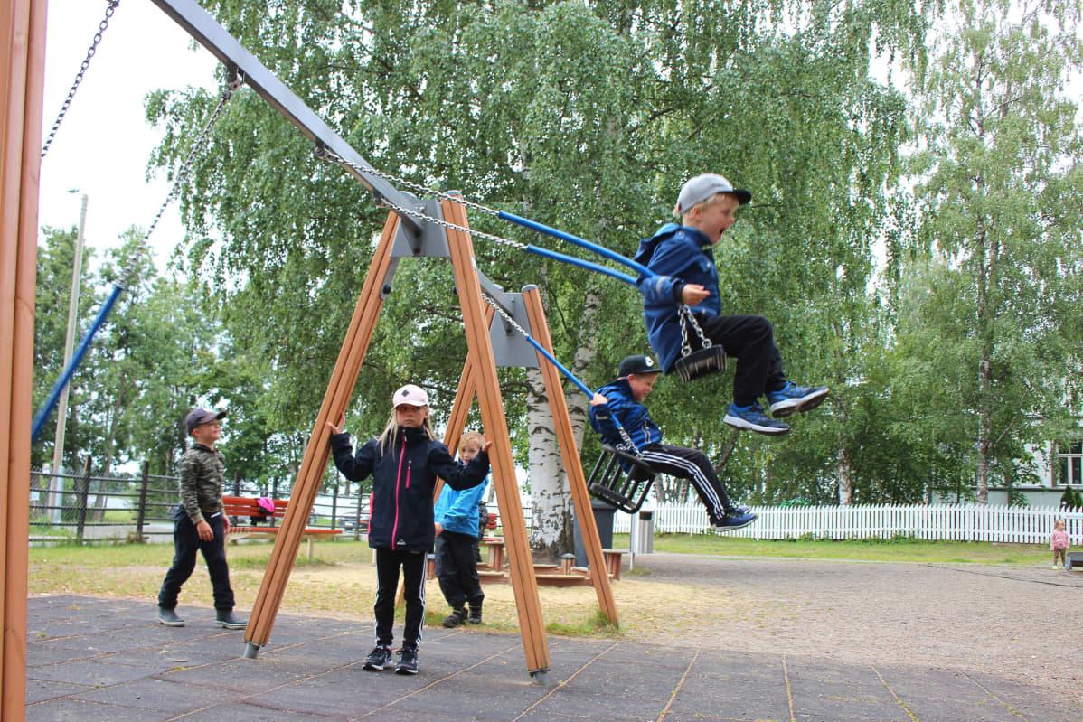 Lapsia keinussa Joensuun Jokiaseman leikkipuistossa.