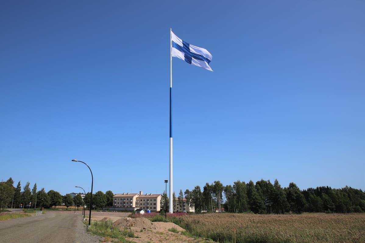 Haminan suurlipputanko ja lippu salossa.