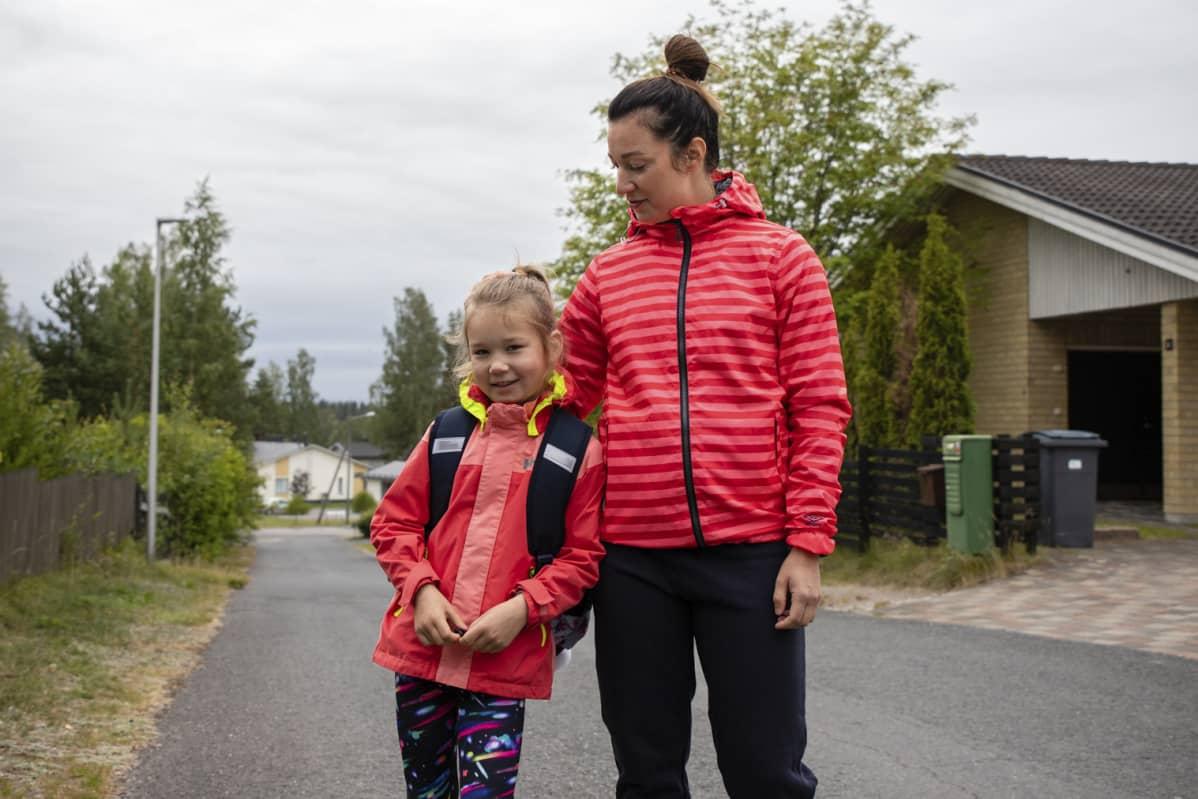 Äiti Heidi Kurronen ja tytär Isla Kurronen omalla pihatiellä ennen ensimmäistä koulumatkaa. Menevät Pontuksen päiväkotikouluun.