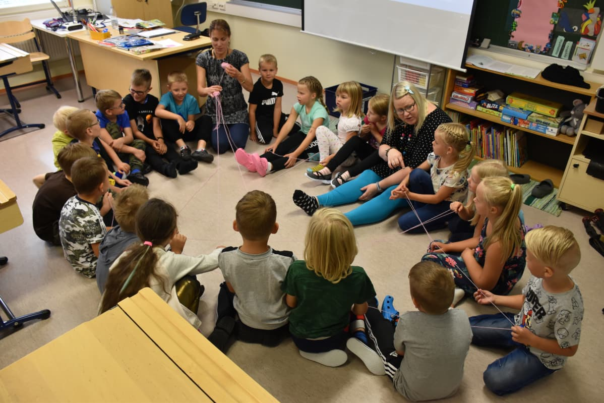 Sammun koulussa Huittisissa opeteltiin luokkatoverien nimiä lankakerän avulla.