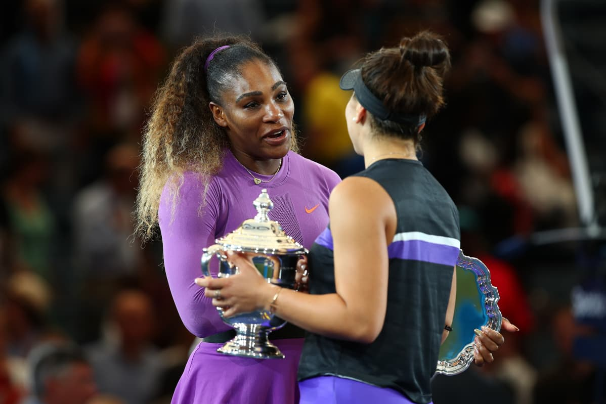 Serena Williams onnittelee Bianca Andreescua.