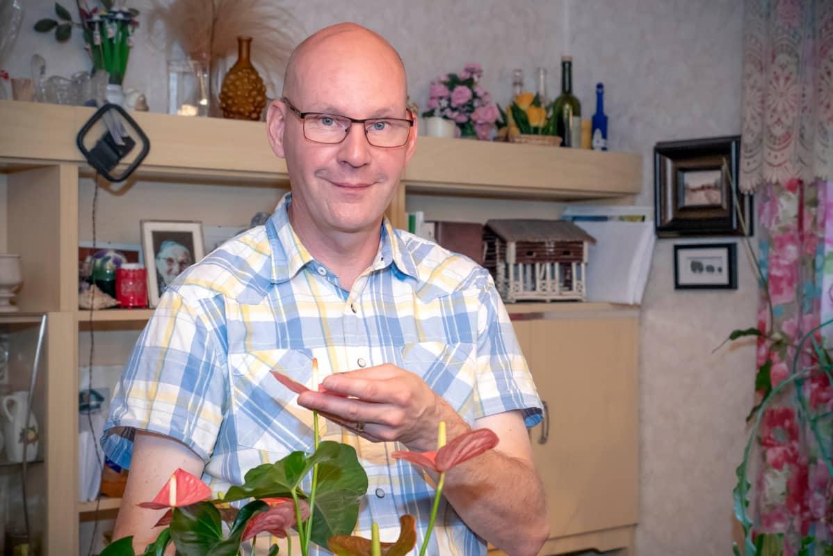 Puutarhuri Marko Ahola opettaa puutarhanhoitoa 17:ssä kansalaisopistossa.