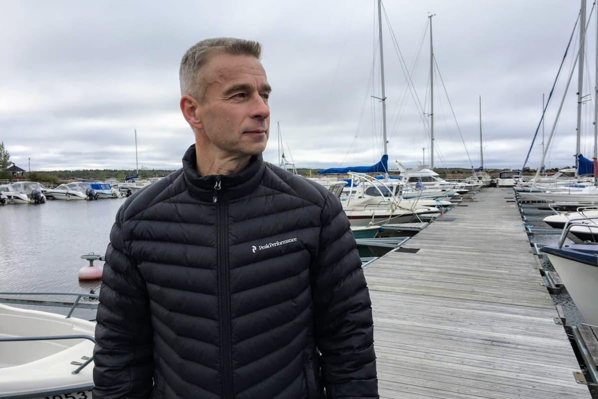 Pintapelastajana työskentelevä Esa Kujala Oulussa Kiviniemen rannassa.