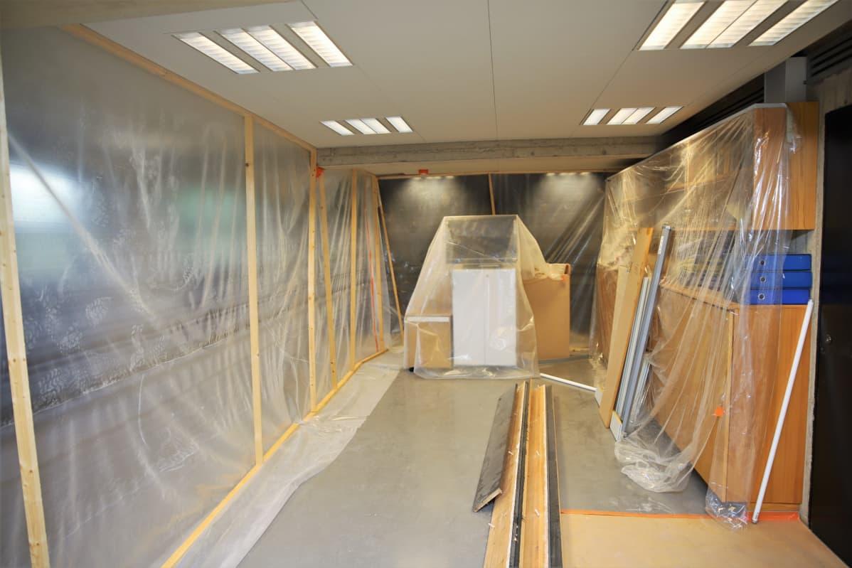 Suojamuovia huonetilassa, jossa remontti on jäänyt kesken.