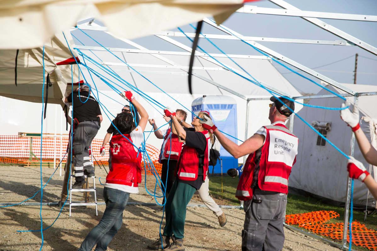Punainen Risti auttaa maahan tulleita turvapaikanhakijoita pakolaisleireillä. Kuva on vuodelta 2016.