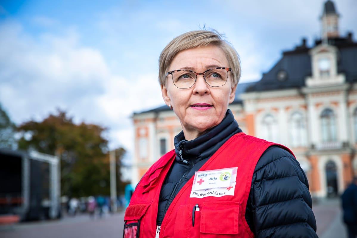 Arja Savolainen Kuopion kaupungintalon edustalla.