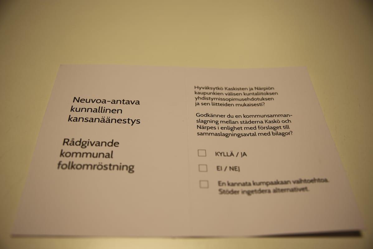 Äänestyslippu Kaskisten liittymisestä yhteen Närpiön kanssa.