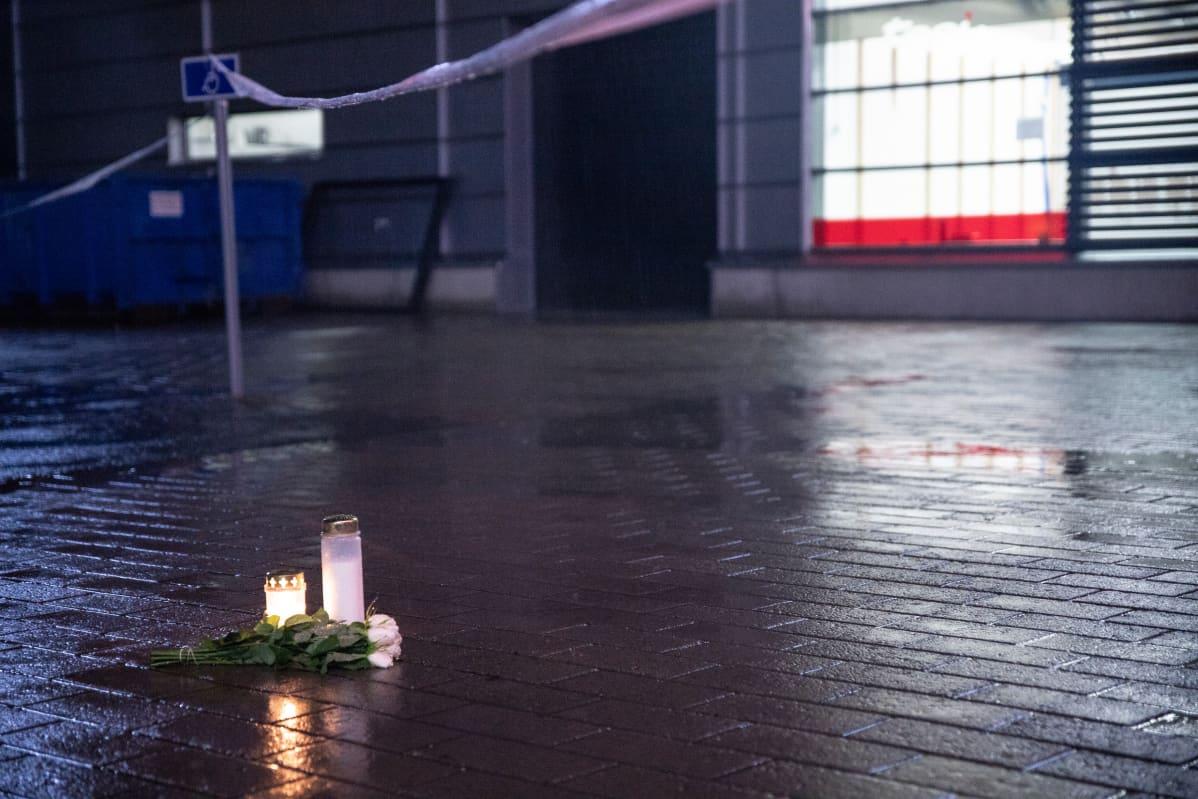 Kynttilöitä tuotuna tapahtumapaikalle tiistai iltana.