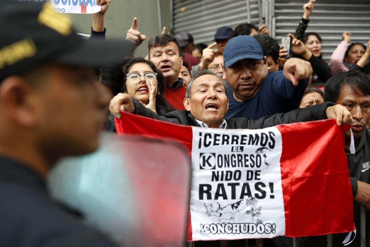 Ihmiset protestoivat Limassa, Perussa 30. syyskuuta 2019.