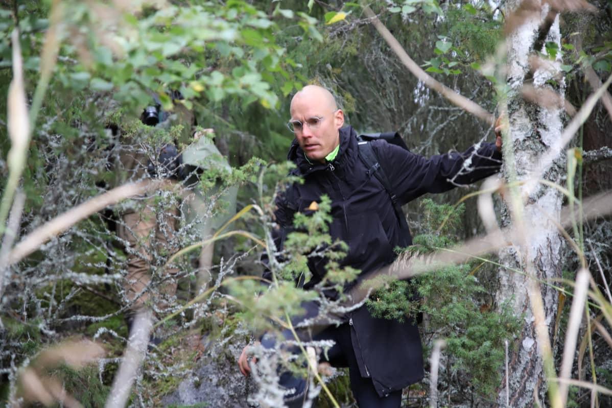 Hässjeholmenin saari Maksamaan saaristossa Vöyrillä on asumaton ja luonnontilainen hehtaarin kokoinen saari. Ilmastometsä ry:n puheenjohtaja Anton Verho näyttää, että kulkeminen siellä on hankalaa.