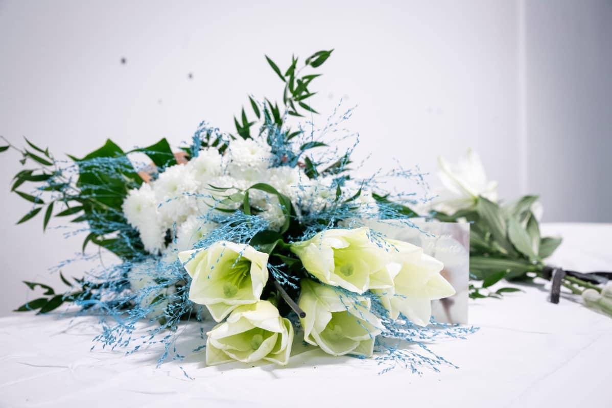 Kukkia tuotuna kauppakeskus Hermanniin
