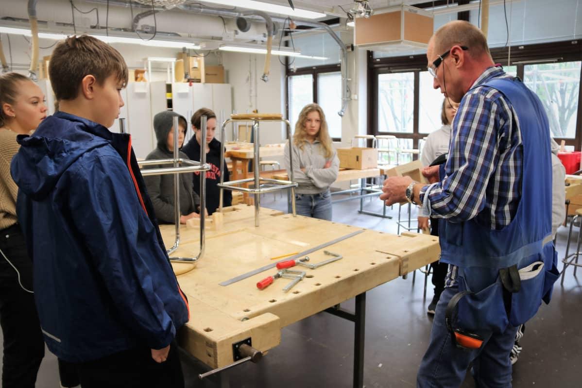 Teknisen työn opetusta Pohjankartananon koulussa Oulussa.