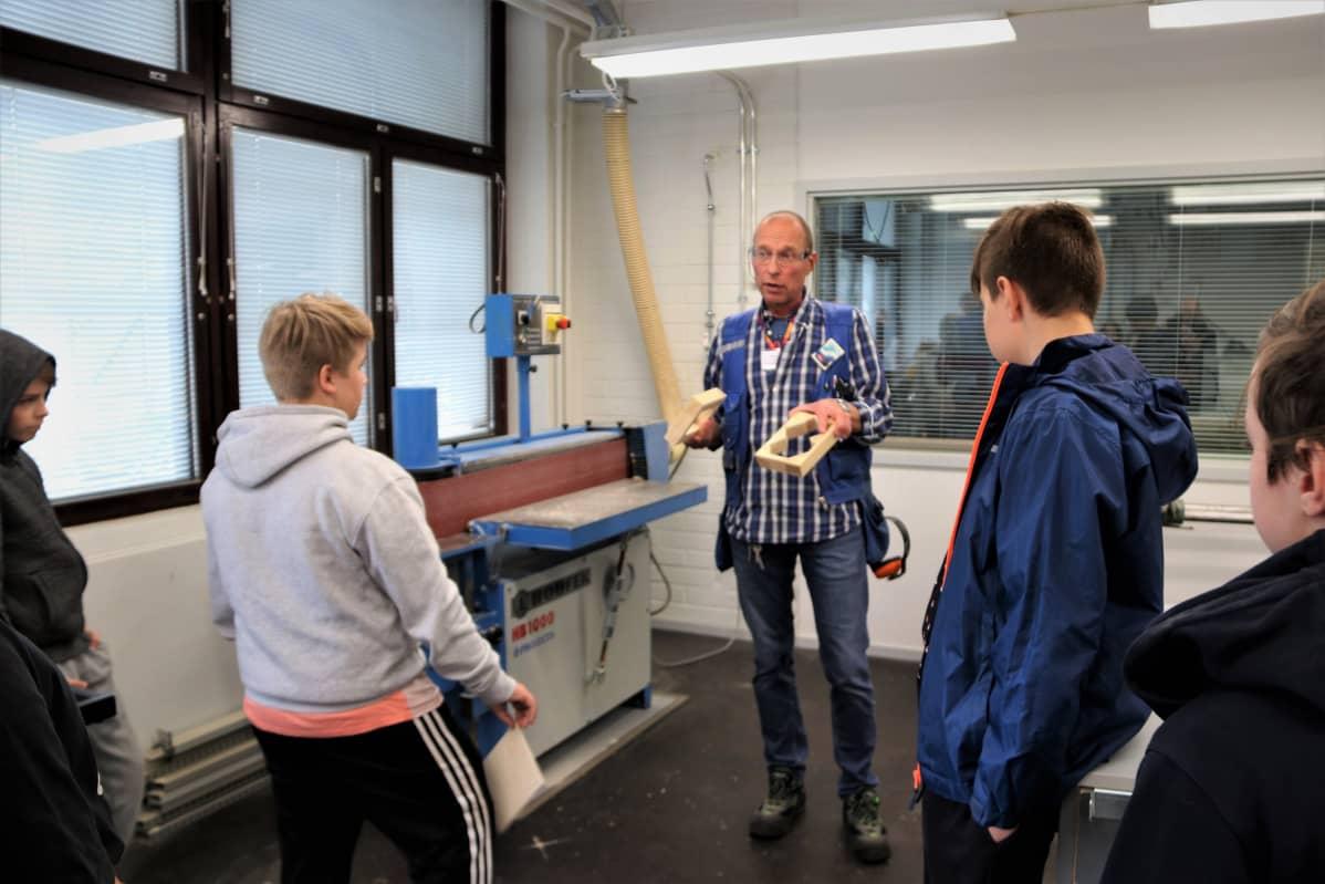 Teknisen työn opettaja Jyrki Kukkonen opettaa oululaisen Pohjankartanon koulun oppilaita.
