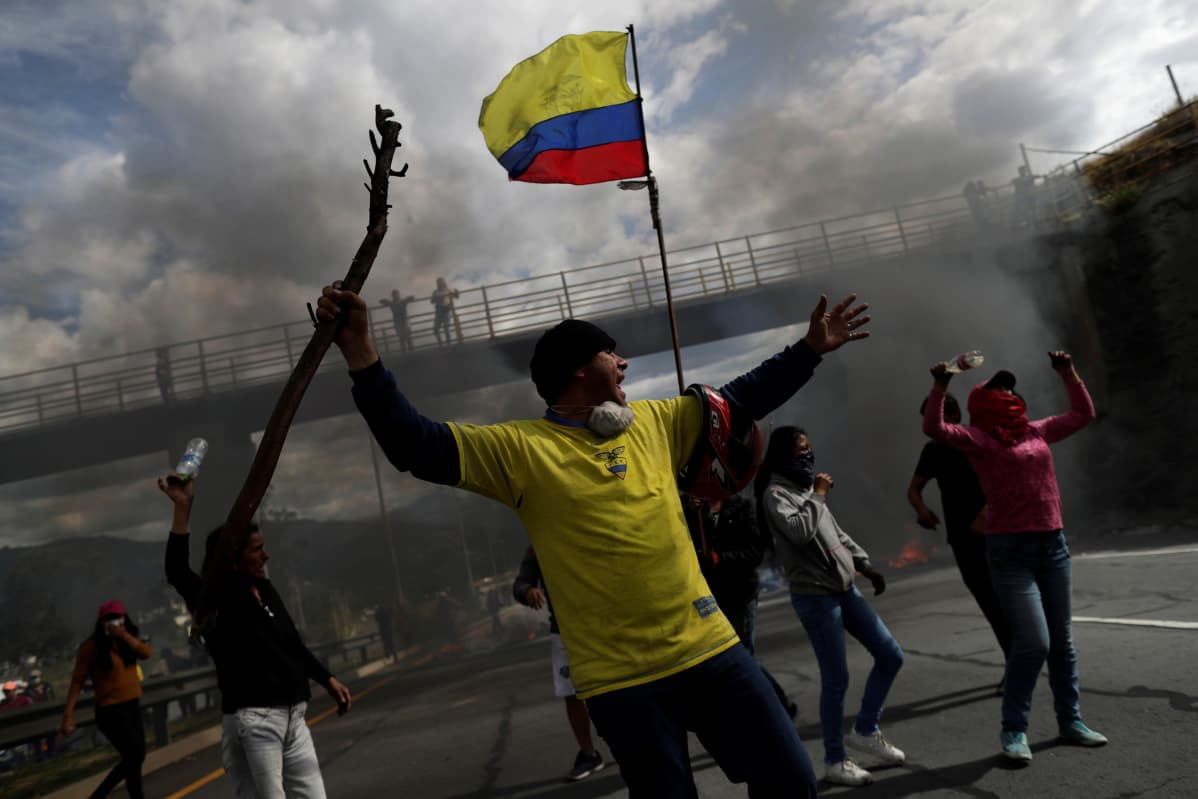 Mielenosoittajia pääkaupunki Quiton itäosissa.