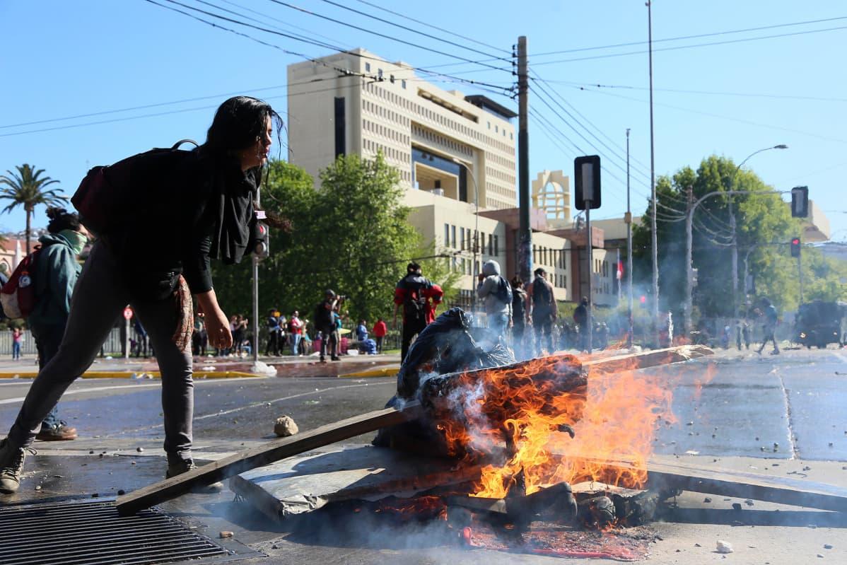 Mielenosoittaja Valparaisossa Chilessä.