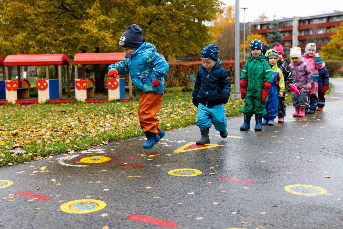 Tammetõrun päiväkodissa on yli 200 lasta. Lauri (edessä), Jack, Lennart ja muut Siilit-ryhmän lapset ovat 2–4-vuotiaita.
