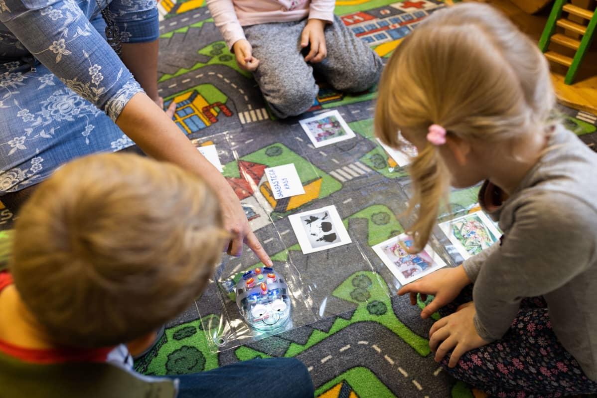 Tämänhetkinen varhaiskasvatuksen opetussuunnitelma Virossa on uutta suunnitelmaa vapaampi ja lapsikeskeisempi.
