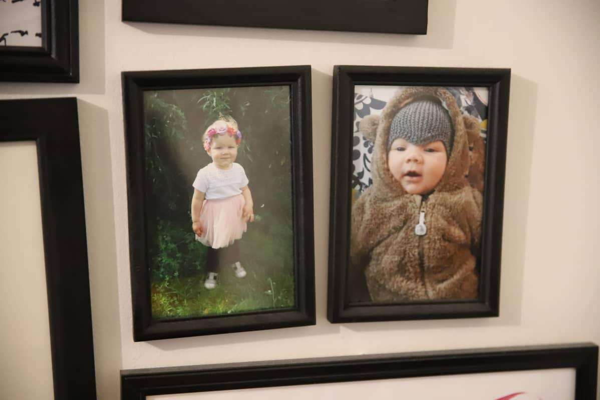 Lasten valokuvia seinällä