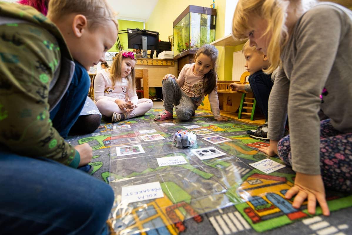 Johannes, Lisete-Elize, Sofia, Henri Kristjan ja Iris pelaavat tallinnalaisessa Tammetõrun päiväkodissa.