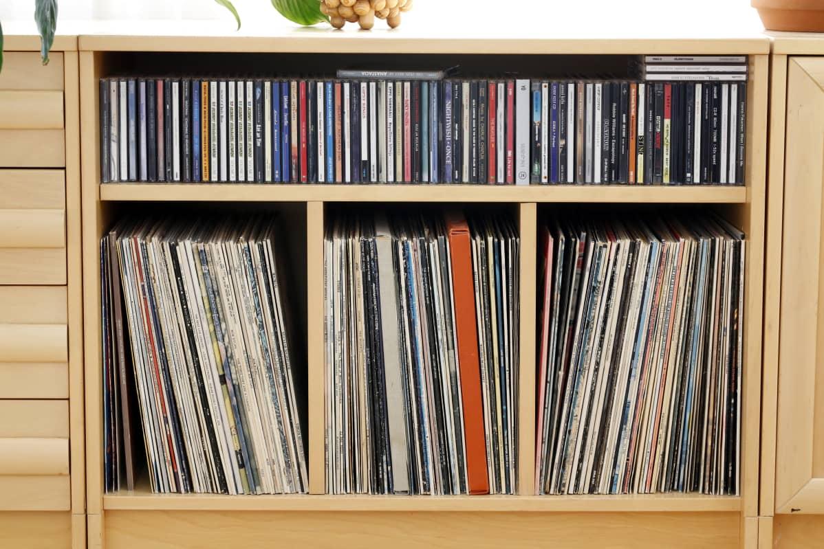 Levyhyllyssä lp-levyjä ja ylähyllyllä cd-levyjä.