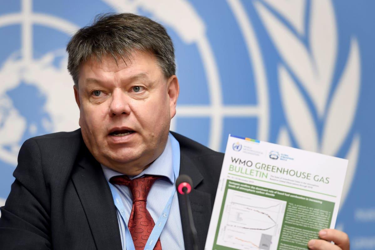 Petteri Taalas WMO:n raportin julkistamistilaisuudessa Genevessä.