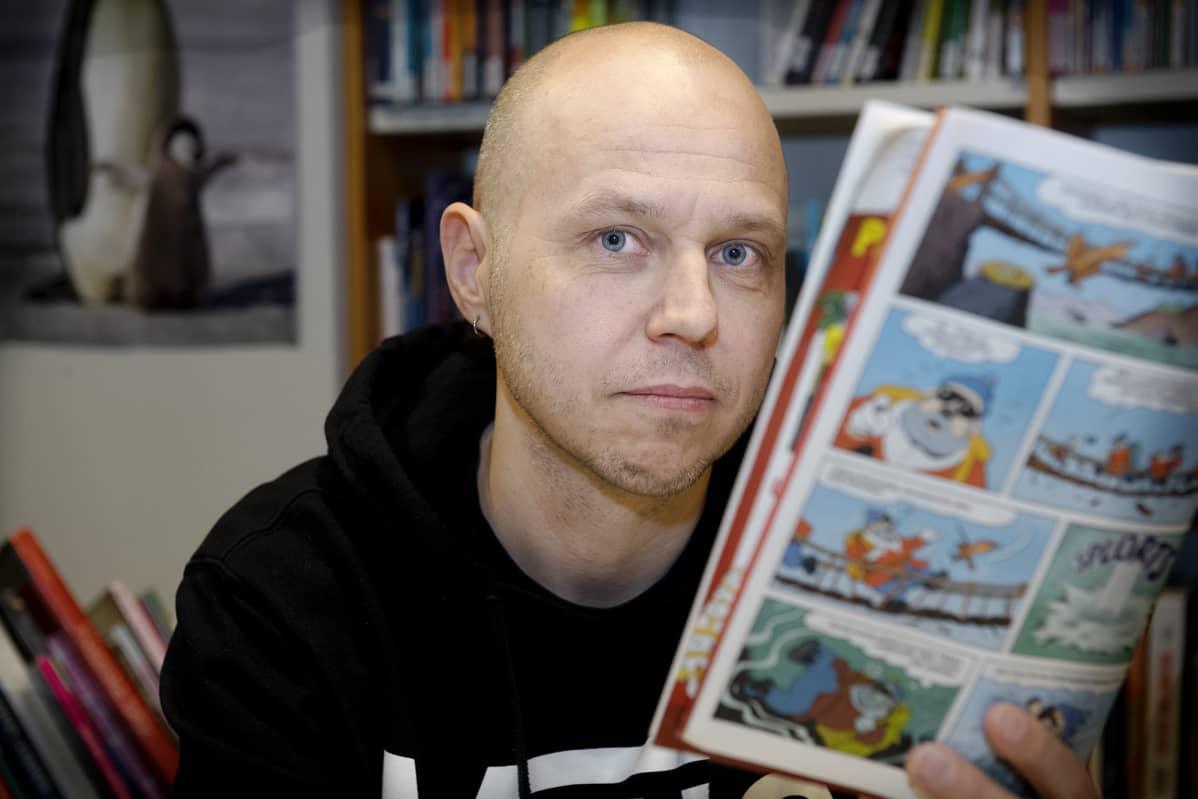 Kai Bruun lukee Aku Ankkaa.