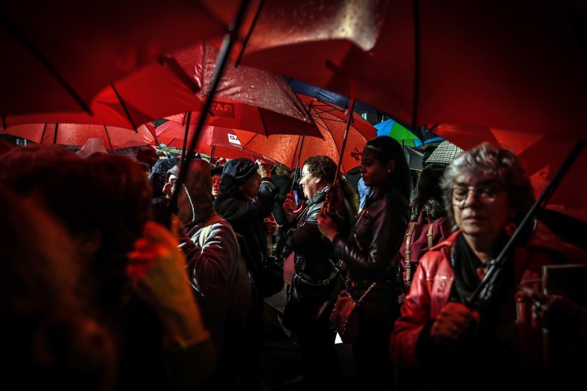 25. marraskuuta oli kansainvälinen päivä naisiin kohdistuvan väkivallan lopettamiseksi. Naiset osallistuivat kulkueeseen Lissabonissa, Portugalissa.