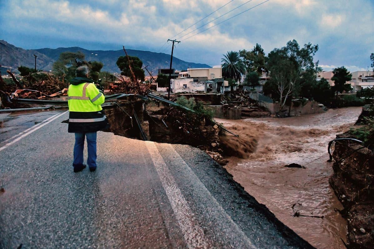 Vaurioitunut silta Kinetassa Kreikassa 25. marraskuuta.  Gyrionis-niminen myrsky toi mukanaan kovia sateita Attican alueelle.
