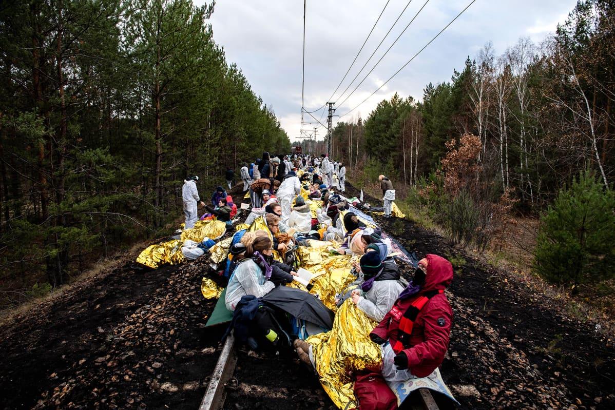 Ilmastoaktivistit tukkivat ruskohiilivoimalaan johtavan rautatien Jaenschwaldessa Saksassa 30. marraskuuta.
