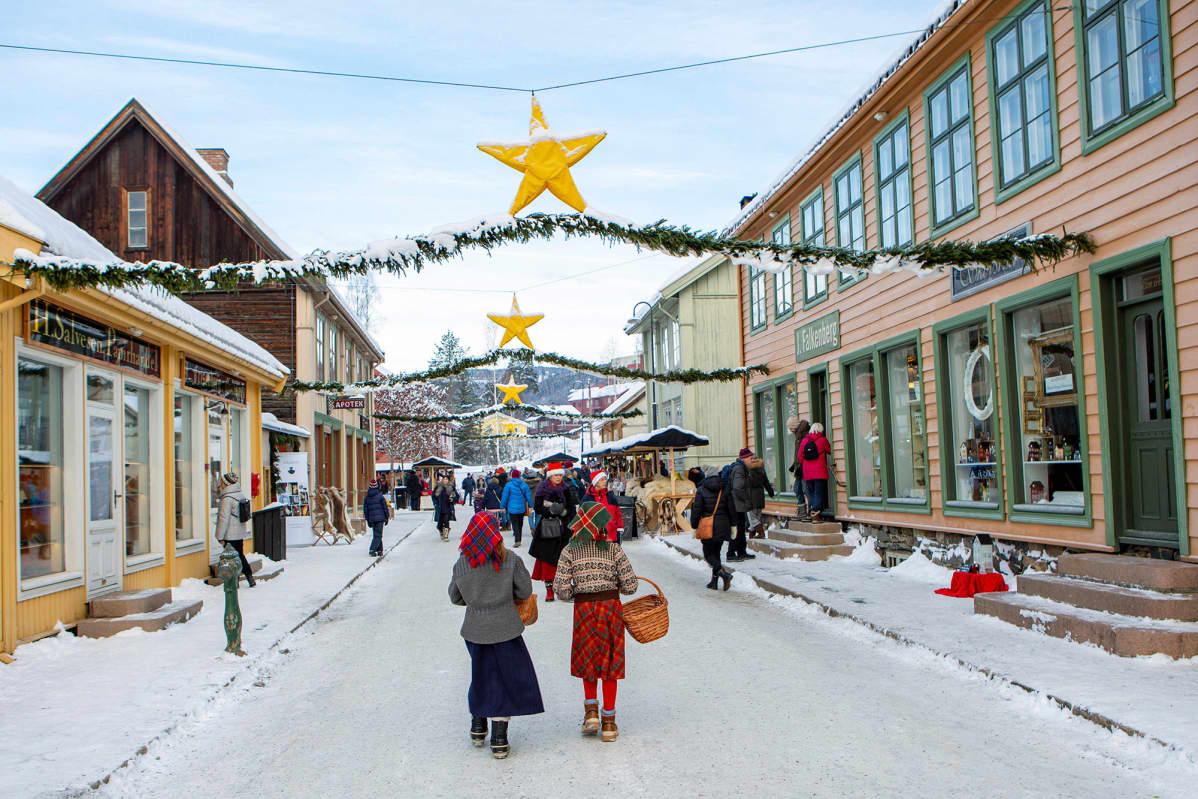 Joulukoristeltu katu Maihaugenin kaupunginosassa Lillehammerissa 1. joulukuuta.