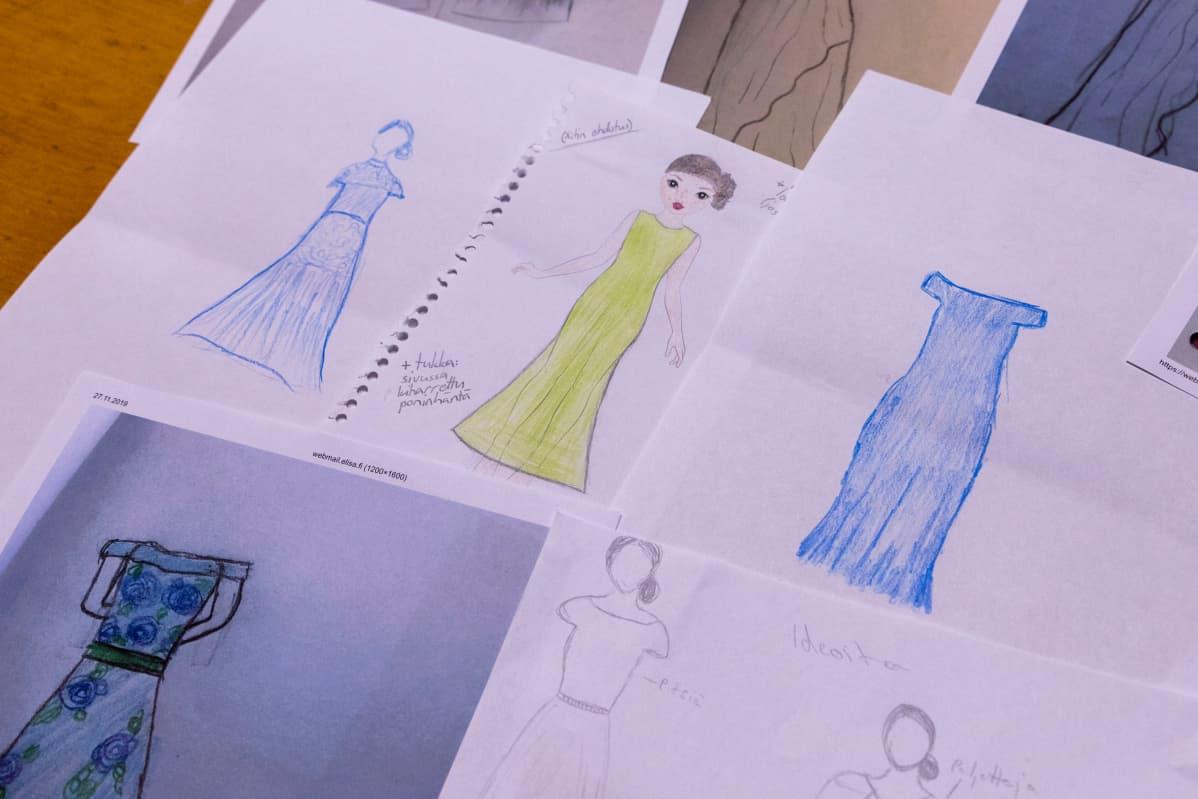 Oppilaiden piirrokset pöydällä.
