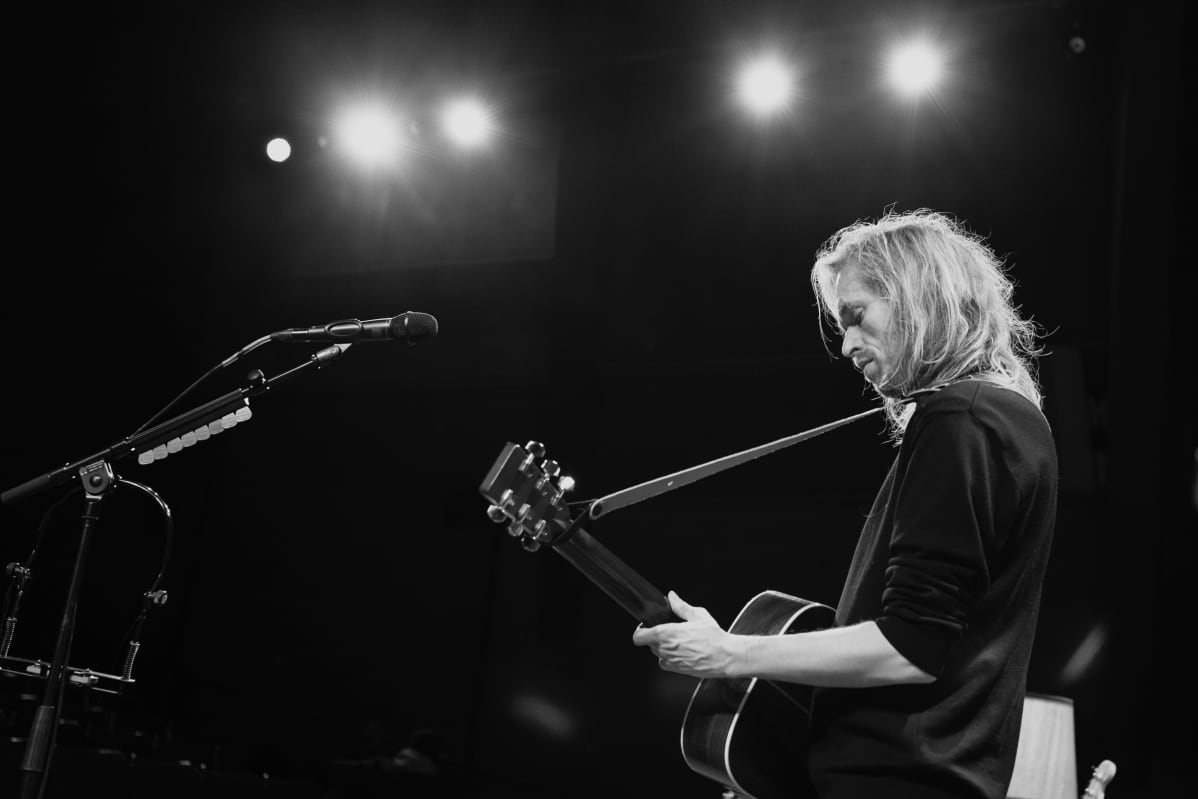 Anssi Kela soittaa kitaraa