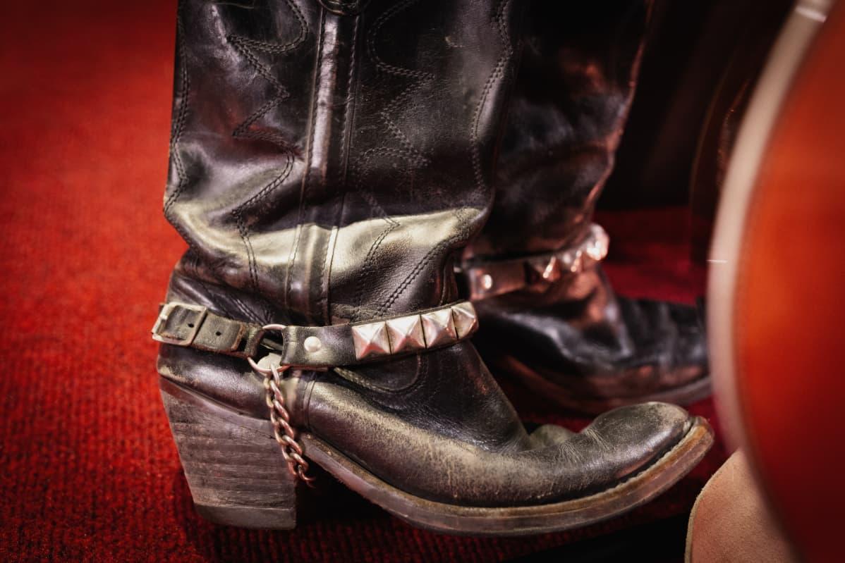 Anssi Kelan isän vanhat bootsit.