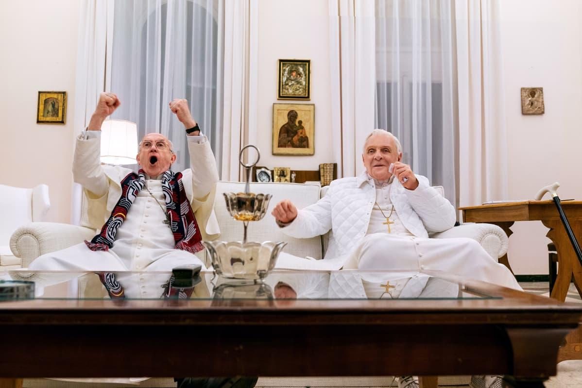Jonathan Pryce ja Anthony Hopkins näyttelevät Kaksi paavia -elokuvassa.