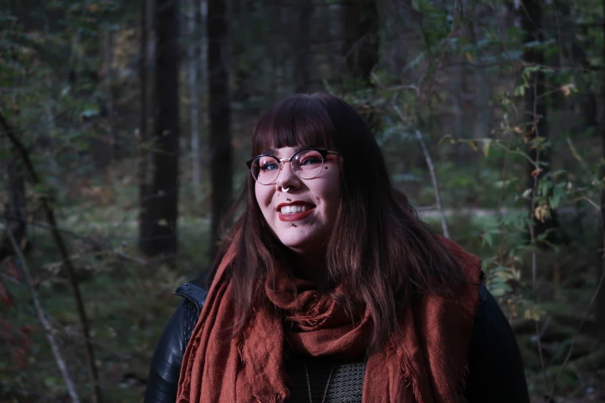 """Vaatesuunnittelija Minnaleena Jaakkola inhoaa kansainvälisten muotijättien pluskokoa mainostavia """"life, laugh, love"""" -kampanjoita. """"Osa niistä on vain huomion hakemista, eivätkä isot kuluttajat oikeasti kiinnosta."""""""