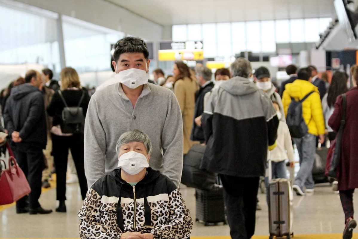 Matkustajia lentoasemalla Italiassa.