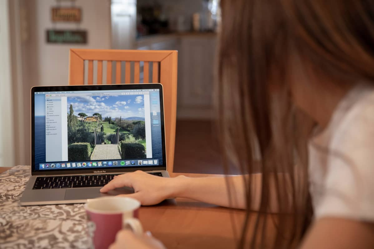 Linda Tervaniemi näyttää kuvaa Firenzen? kampukselta, jossa opiskeli vähän aikaa