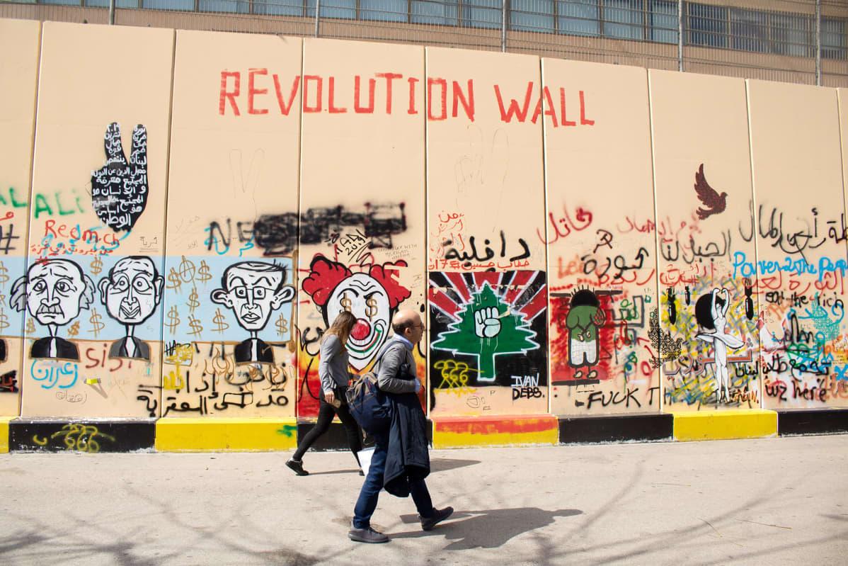 Poliittisia iskulauseita maalattu muuriin Beirutissa.