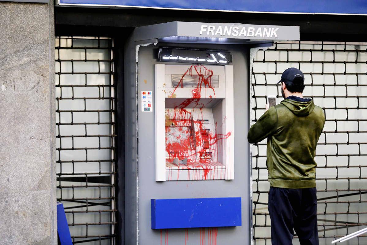Mielenosoituksissa sotkettu pankkiautomaatti beirutissa.