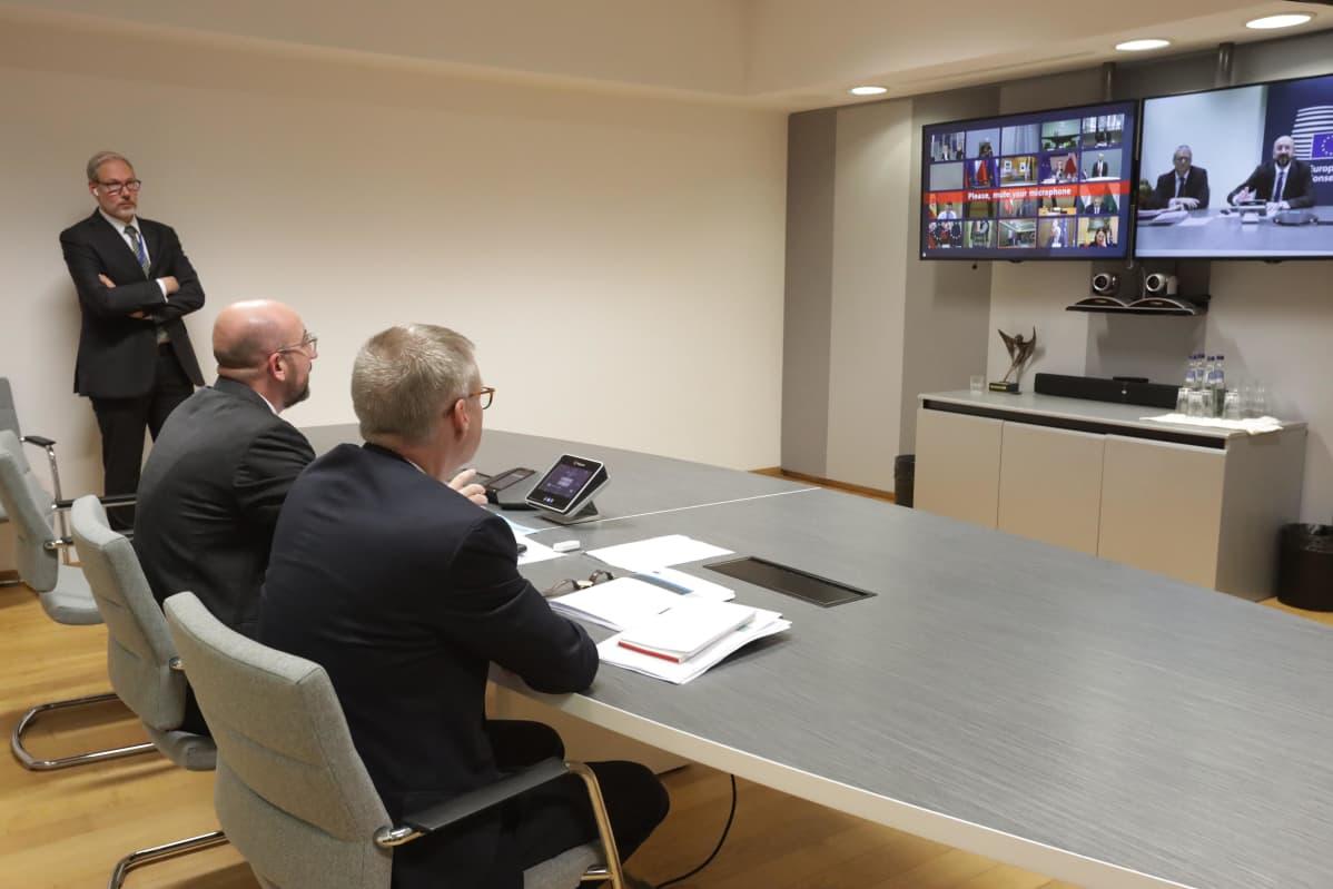 Eurooppaneuvoston puheenjohtaja Charles Michel (istumassa, vas.) veti videoneuvotteluja EU-maiden johtajien kanssa.