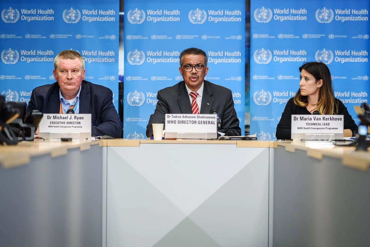 Maailman terveysjärjestö WHO:n edustajat Michael Ryan, Tedros Adhanom Ghebreyesus ja Maria Van Kerkhove.