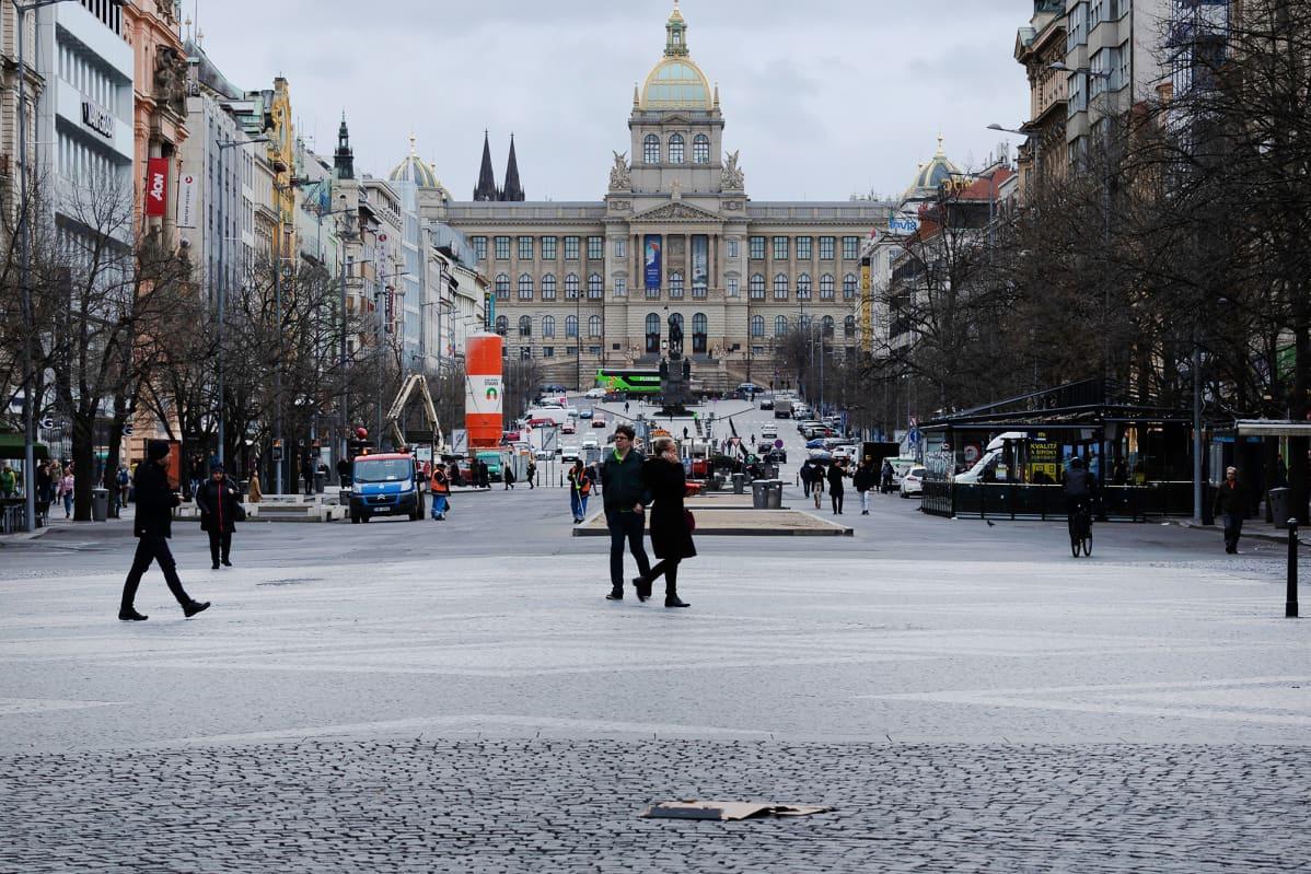 Koronaviruksen vuoksi normaalia hiljaisempi katu Prahassa.