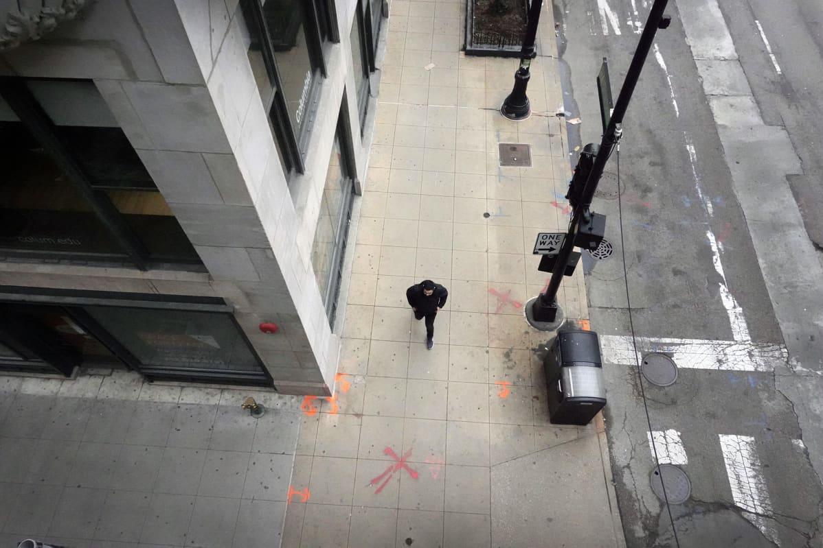 Jalankulkija kävelee autiolla bisnesalueella Chicagossa.