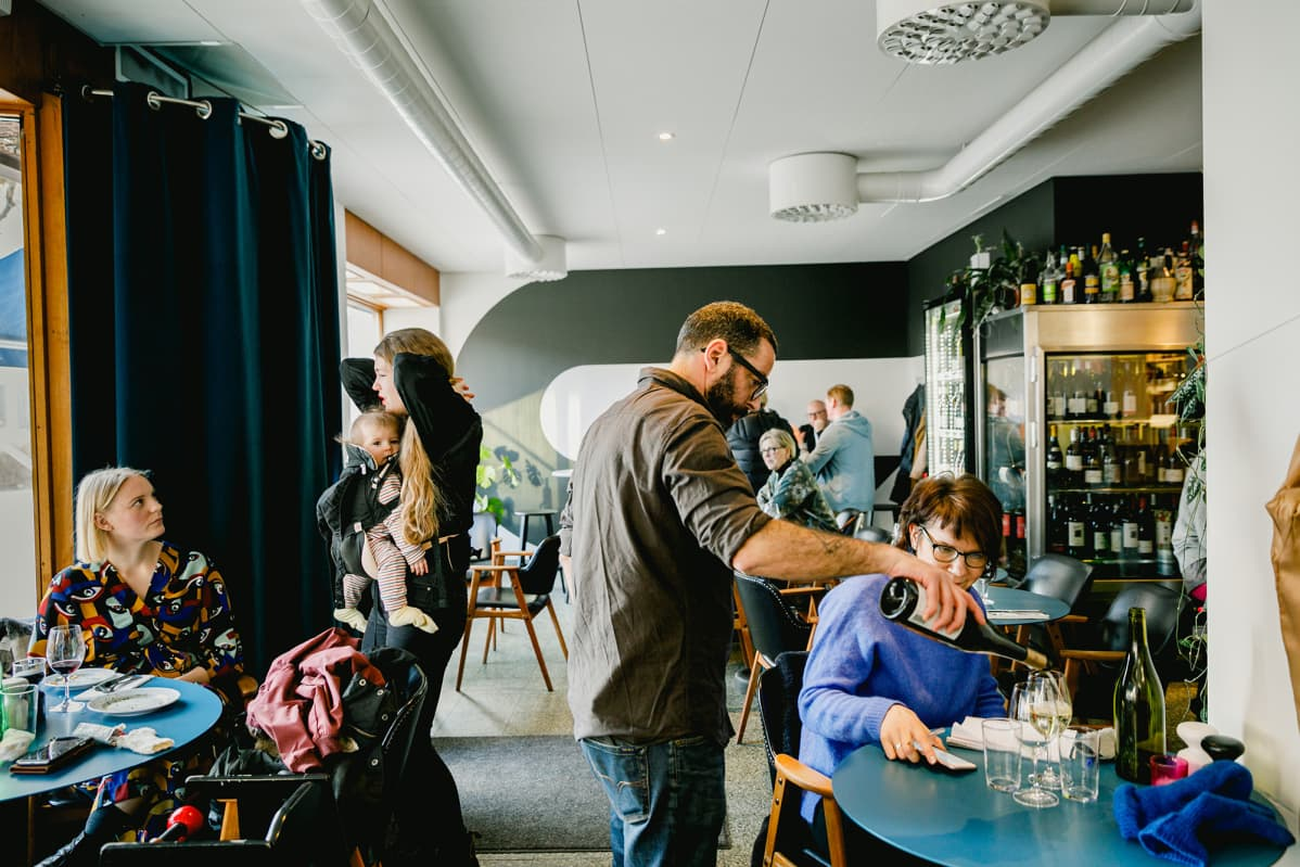 Asiakkaita ravintolassa Ruotsissa.