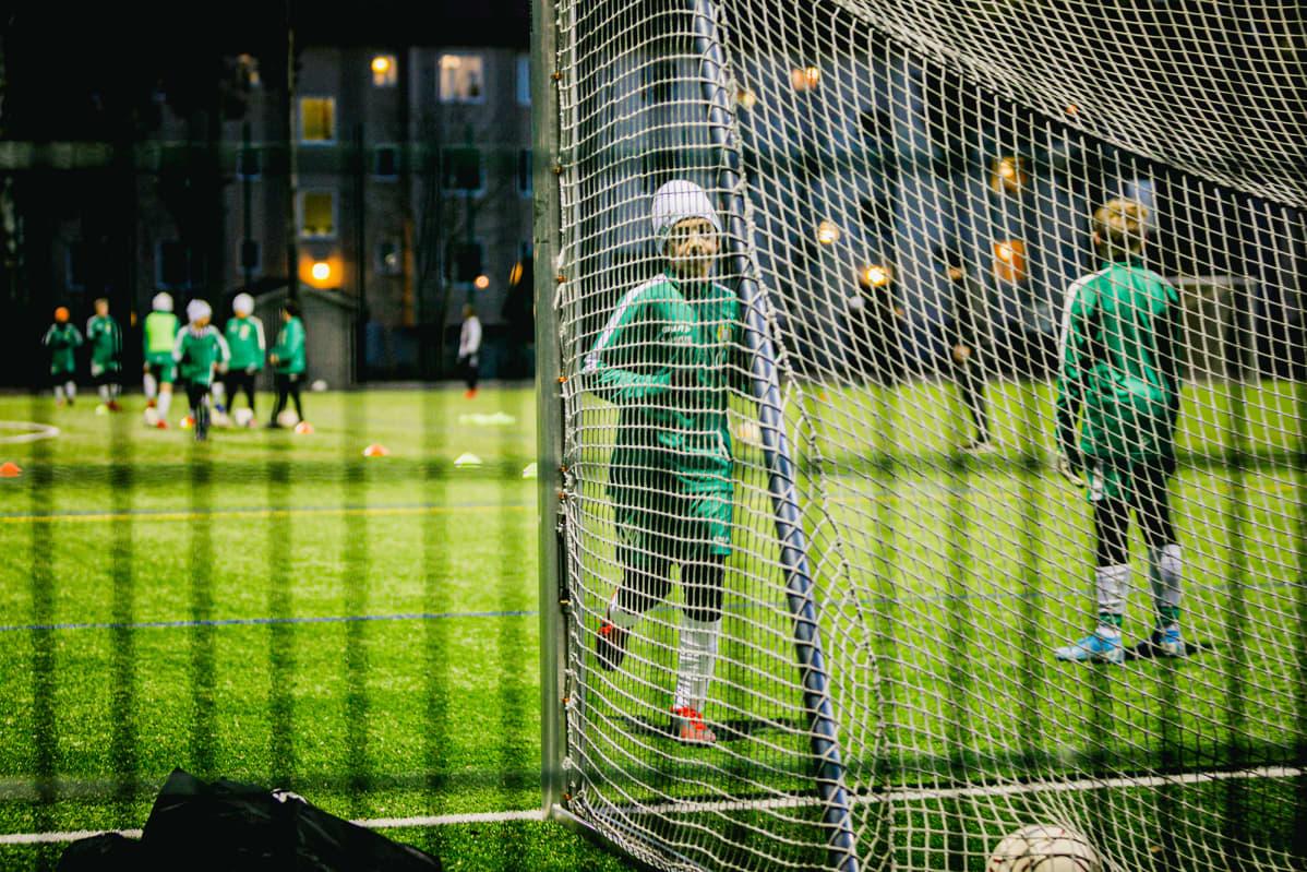 Nuoret pelaavat jalkapalloa.