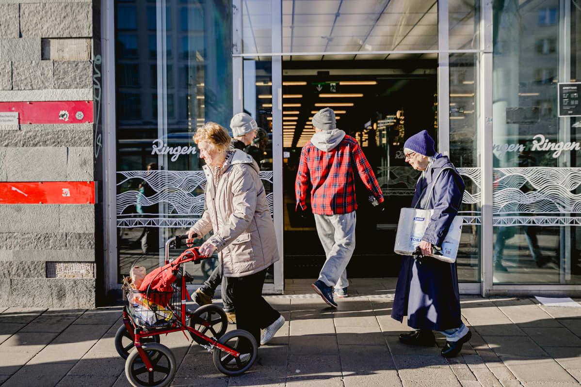 Vanhuksia katukuvassa Ruotsissa.
