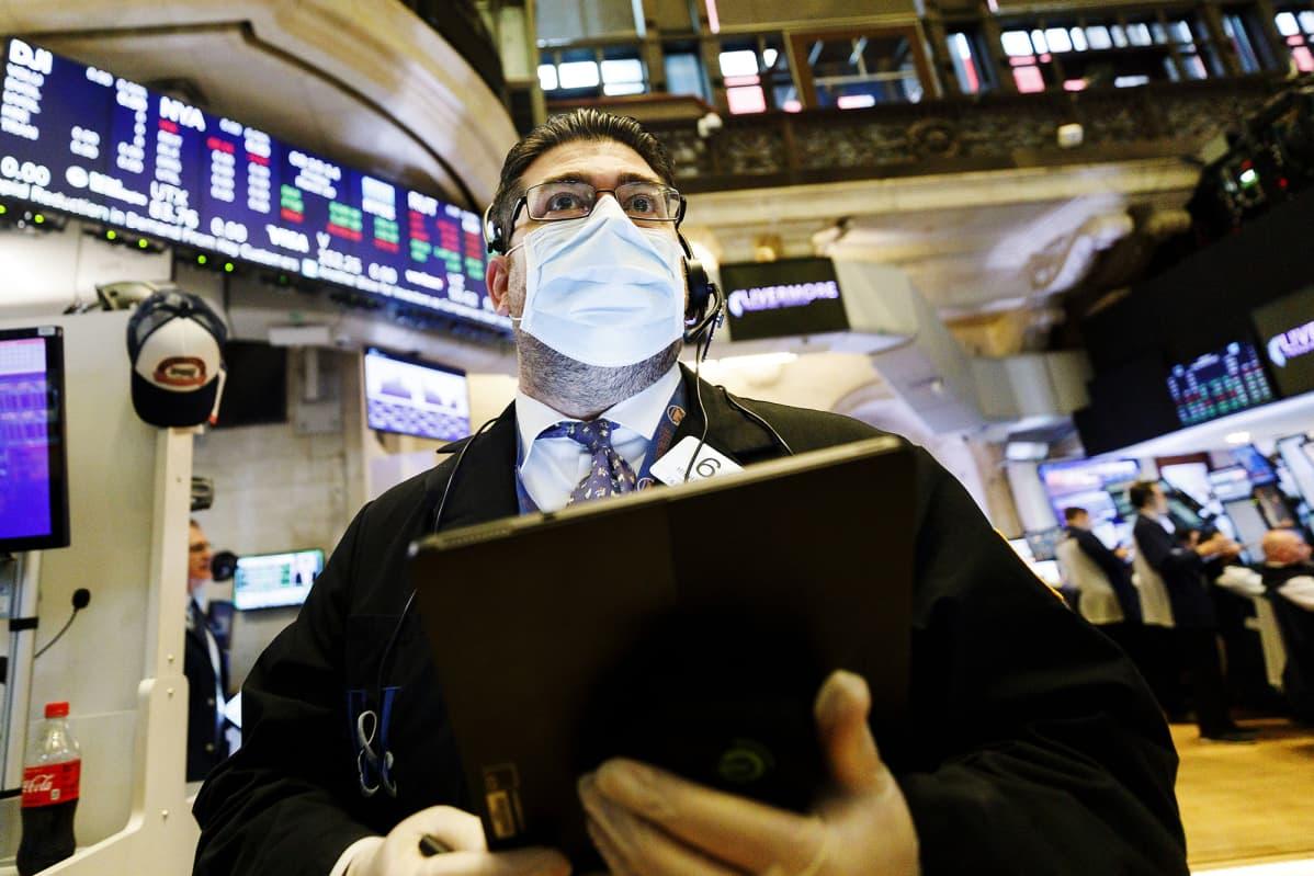 Meklari Michael Capolino käytti hengityssuojainta New Yorkin pörssissä perjantaina.