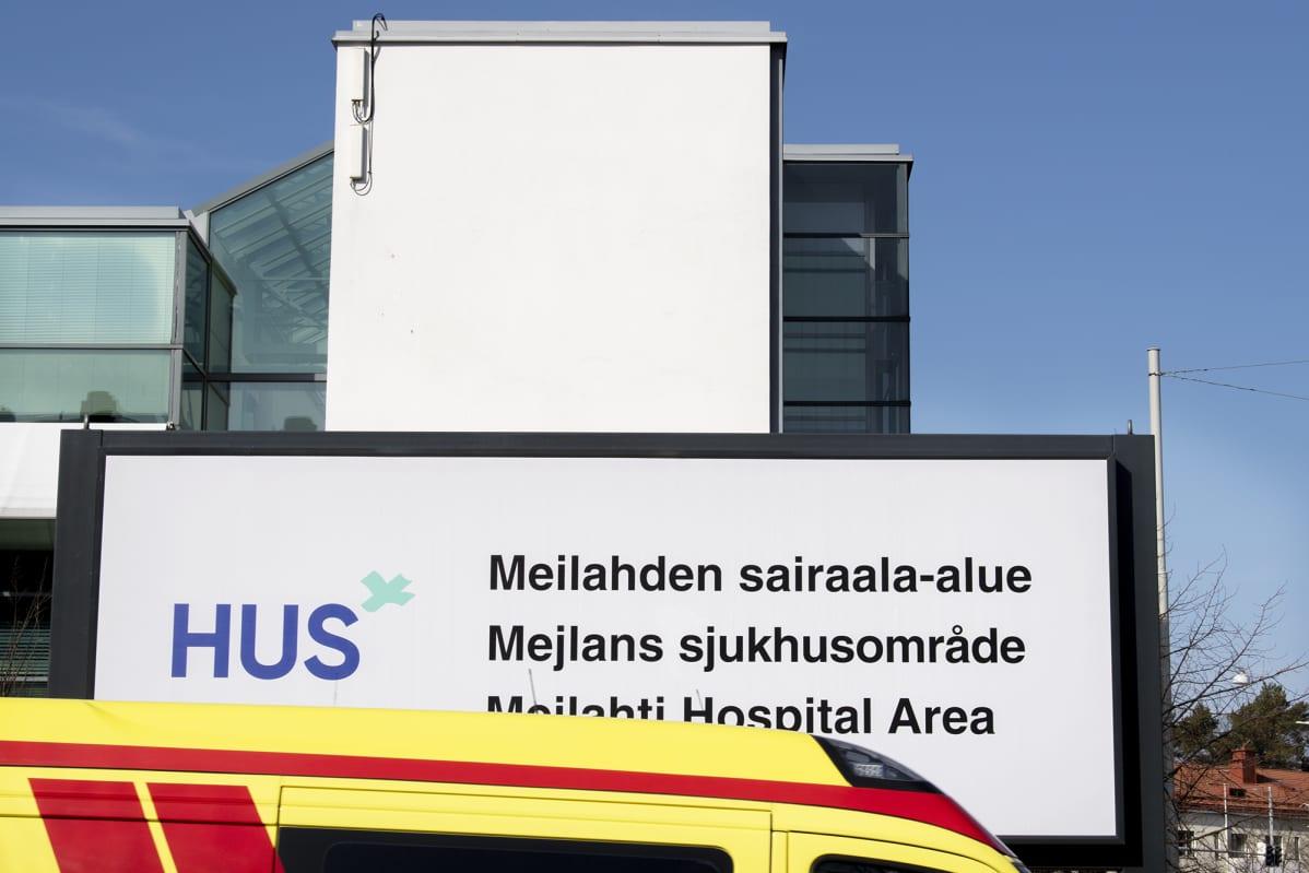 Ambulanssi Meilahden sairaala-alueella Helsingissä.