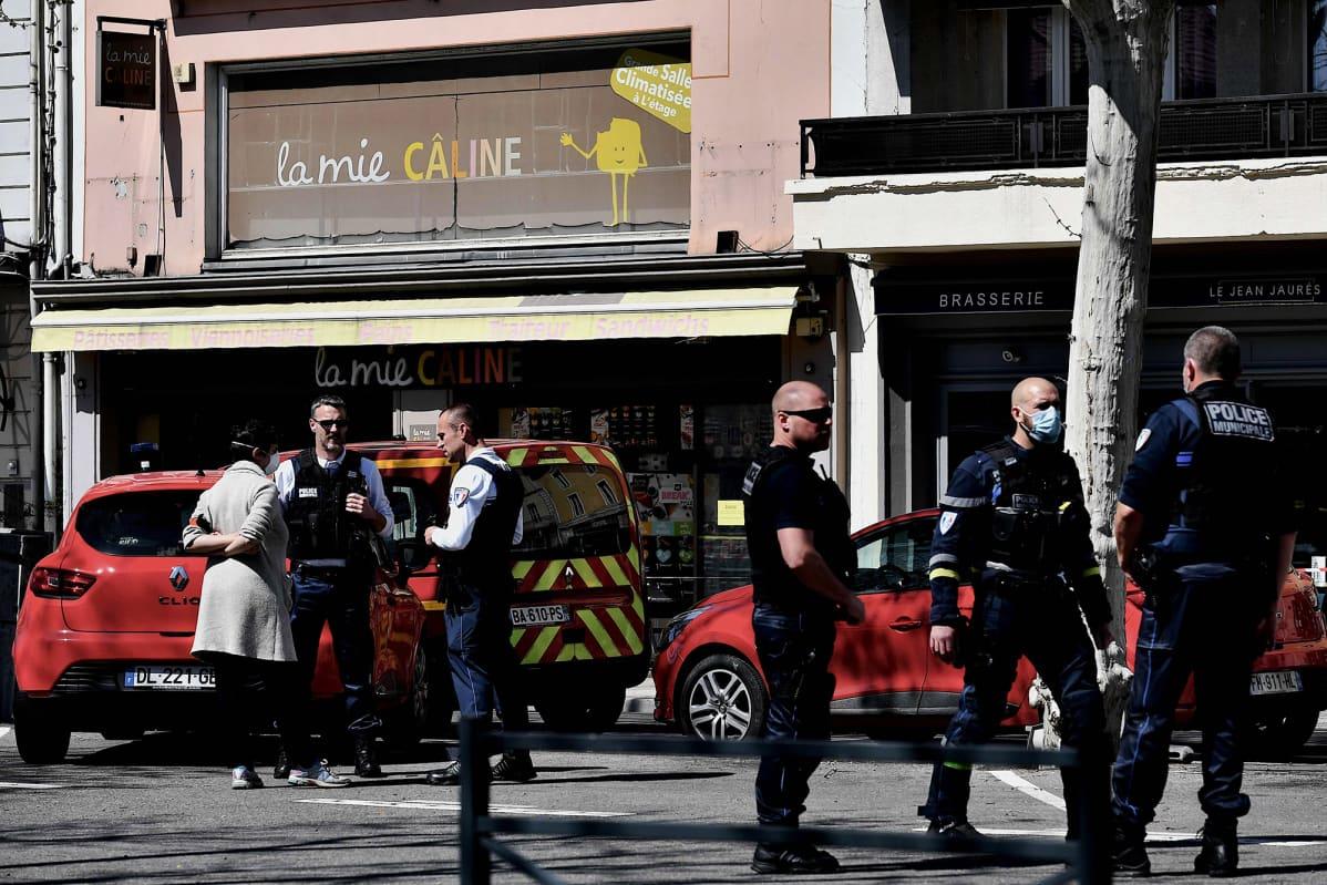 Kuvassa on ranskalaisia poliiseja.