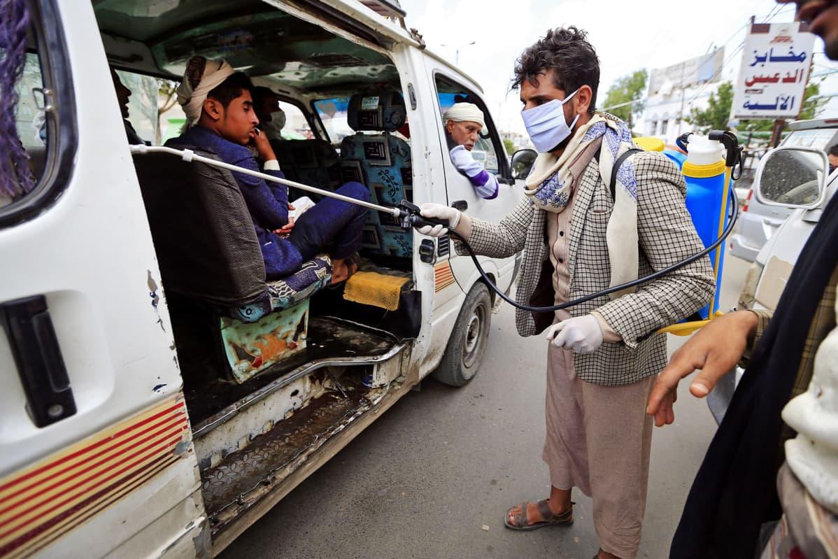 Minibussia desinfioidaan Jemenin Sanaassa.